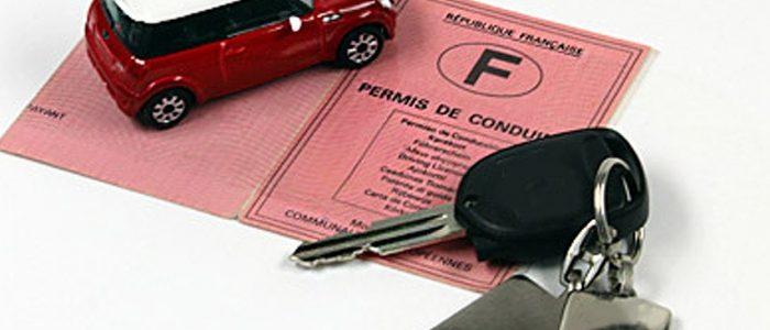 une voiture, des clés, un permis de conduire français